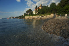 Luz morna da manhã na praia em Opatija, Croácia Imagens de Stock Royalty Free