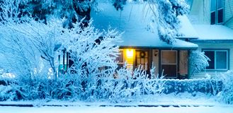 luz na casa de campo na neve fotografia de stock royalty free