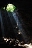 Luz na caverna. fotos de stock