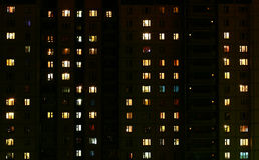 A luz nas janelas de uma construção municipal na noite Imagens de Stock Royalty Free