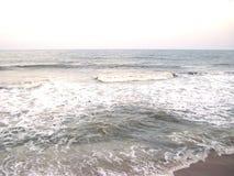 Luz - oceano cinzento da cor com as ondas brancas da espuma da cor Fotografia de Stock