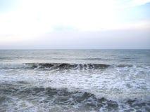 Luz - oceano cinzento da cor com as ondas brancas grandes da espuma da cor Foto de Stock Royalty Free
