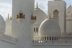 Luz oscura del primer de las bóvedas de mármol de Sheikh Zayed Grand Mosque con el cielo azul por la mañana en Abu Dhabi, UAE Imagen de archivo