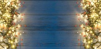 Luz ou Garland Lights de Natal no fundo de madeira fotografia de stock