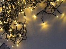 Luz ou Garland Lights de Natal no fundo natural imagens de stock royalty free