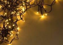 Luz ou Garland Lights de Natal no fundo natural foto de stock royalty free