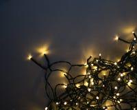 Luz ou Garland Lights de Natal no fundo natural fotografia de stock royalty free