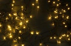 Luz ou Garland Lights de Natal no fundo natural imagem de stock