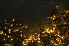 Luz ou Garland Lights de Natal no fundo natural fotos de stock
