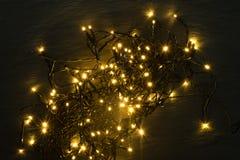 Luz ou Garland Lights de Natal no fundo natural fotos de stock royalty free