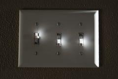 Luz ou interruptor de alimentação em destaques da parede sobre e fora fotografia de stock