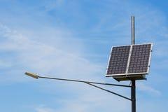 Luz pública da cidade com o painel solar posto no céu azul com nuvens fotografia de stock