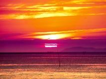 luz pasada de la puesta del sol en linea horizontal en el mar Imagen de archivo