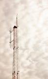 Luz pobre el fondo nublado de los posts de las telecomunicaciones Fotografía de archivo