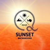 Luz - por do sol marrom com superfície alaranjada do mar da água Fotografia de Stock Royalty Free