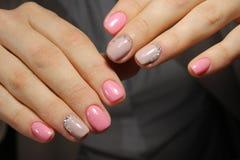 Luz - pregos cor-de-rosa com cristais de rocha, projeto do tratamento de mãos Fotografia de Stock