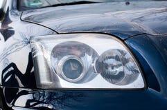 Luz principal en el coche japonés sucio moderno foto de archivo