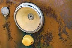 Luz principal quebrada do carro oxidado velho Imagens de Stock Royalty Free
