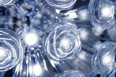 Luz que brilla intensamente azul transparente de la lámpara de cristal de las rosas Fotos de archivo libres de regalías