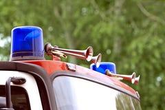 Luz que contellea azul del coche de bomberos Imagen de archivo
