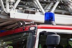 Luz que destella en el tejado del coche de bomberos Imágenes de archivo libres de regalías