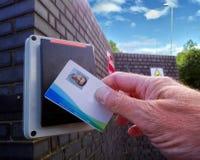 Luz roja en un lector de tarjetas electrónicas, mostrando a un hombre que es refu foto de archivo libre de regalías