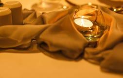 Luz romântica da vela no vidro que decora na tabela de jantar Foto de Stock Royalty Free