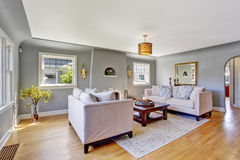 Luz - sala de visitas cinzenta com sofás brancos fotografia de stock royalty free