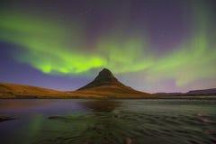Luz septentrional sobre Kirkjufell, ciudad de Grundarfjordur fotografía de archivo libre de regalías