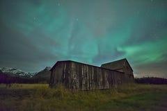 Luz septentrional y un granero viejo Fotos de archivo libres de regalías