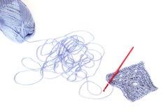 Luz - skein azul da linha acrílica com a corda desenrolada, squa foto de stock