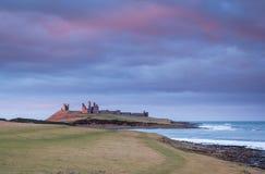 Luz solar atrasada no castelo de Dunstanburgh fotos de stock royalty free