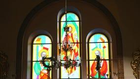 Luz solar através da janela do Mancha-vidro da igreja filme