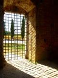 Luz solar através da porta fotografia de stock