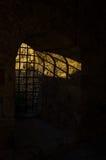 Luz solar através das barras do Dungeon na fortaleza de Kalemegdan, Belgrado imagem de stock royalty free