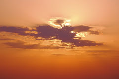 Luz solar através das nuvens Fotografia de Stock Royalty Free