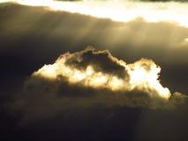 Luz solar através das nuvens escuras Fotos de Stock Royalty Free