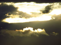 Luz solar através das nuvens escuras Fotografia de Stock