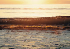 Luz solar através de uma onda Fotografia de Stock Royalty Free