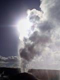 Luz solar através do vapor do geyser do leão Imagens de Stock