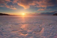 A luz solar de Evning ilumina testes padrões do gelo Imagem de Stock Royalty Free