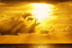 Luz solar dourada através das nuvens Fotografia de Stock