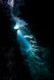 Luz solar e caverna subaquáticas fotos de stock royalty free