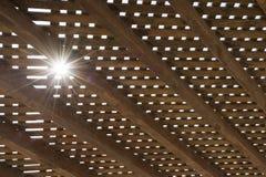 Luz solar entre o mandril de madeira imagens de stock