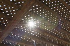 Luz solar entre o mandril de madeira fotos de stock