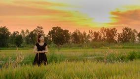 Luz solar inferior exterior da estada da mulher da felicidade do por do sol imagens de stock royalty free