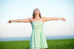 Luz solar inferior exterior da estada da mulher da felicidade do por do sol fotos de stock royalty free