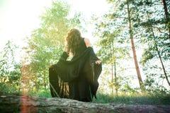 Luz solar inferior exterior da estada da mulher da felicidade do por do sol imagens de stock