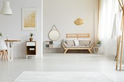 Luz solar na sala de visitas imagens de stock royalty free