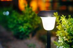 Luz solar pequena do jardim, lanterna na cama de flor Projeto do jardim Imagens de Stock